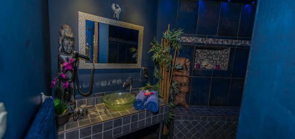 Chambre romantique pour deux jacuzzi et lit King Size, Marseille