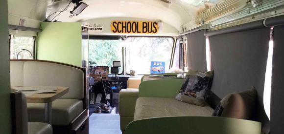 Dormir dans un bus américain avec jacuzzi, Le Luc en Provence