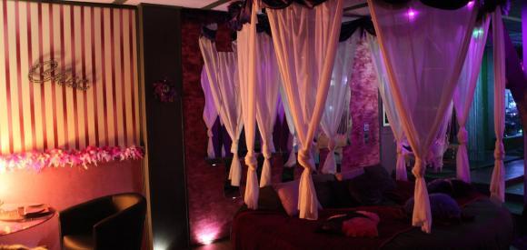 Loft à la décoration Sexy avec lit Rond et baignoire, Savoie