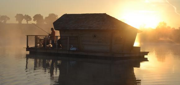 Cabane sur l'eau en pleine nature, Pressac