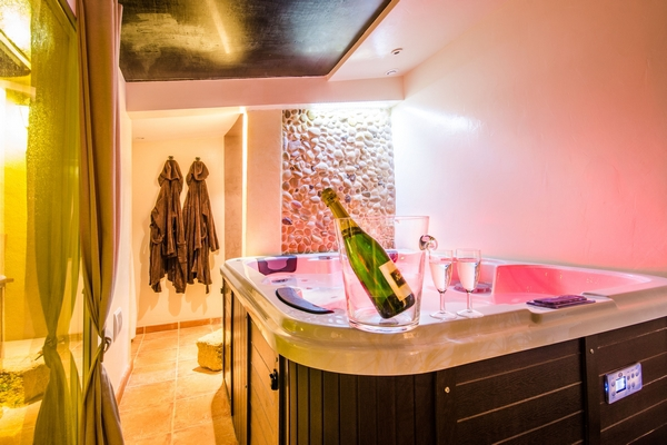 maison avec jacuzzi et piscine privative gallician introuvable. Black Bedroom Furniture Sets. Home Design Ideas