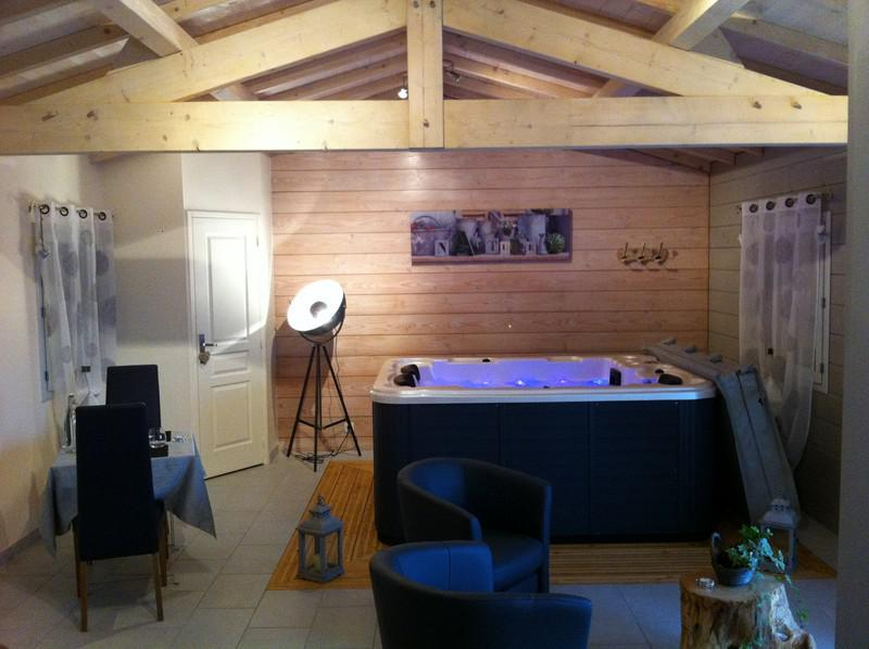 chalet avec jacuzzi int rieur privatif proche sarlat. Black Bedroom Furniture Sets. Home Design Ideas