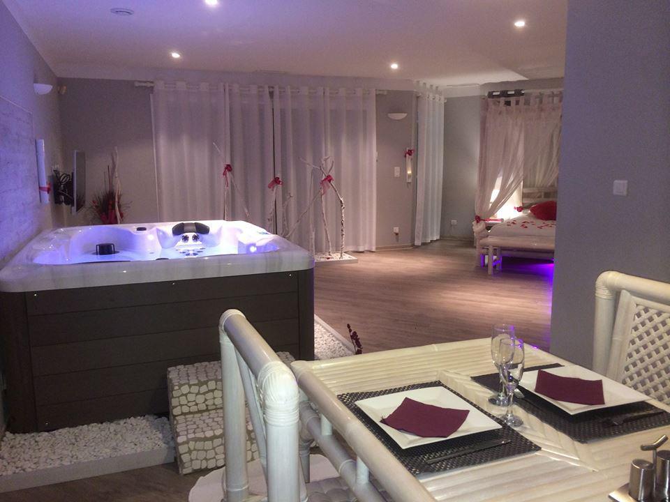 Location romantique avec jacuzzi et piscine proche de for Suite avec jacuzzi et piscine privee