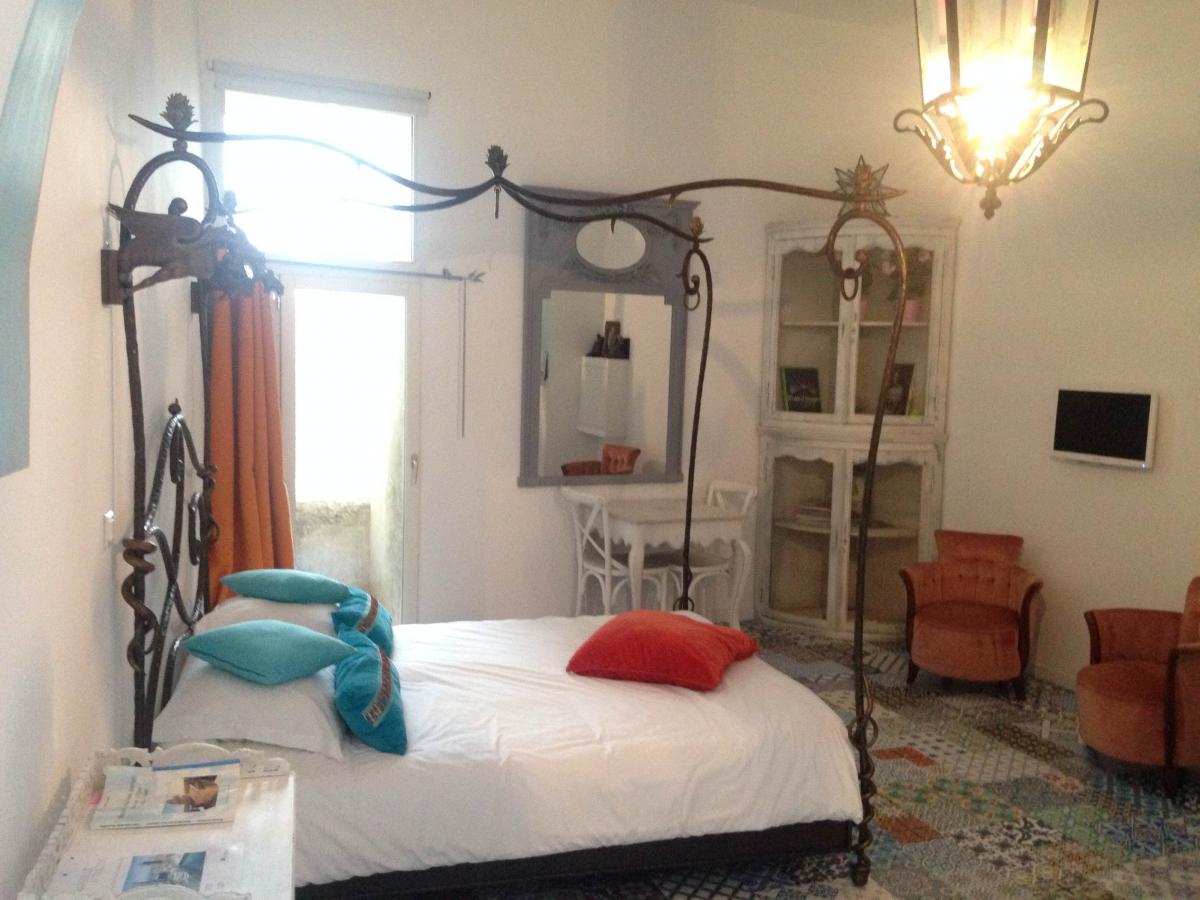 belle chambre dans les jardins vieux port marseille introuvable. Black Bedroom Furniture Sets. Home Design Ideas