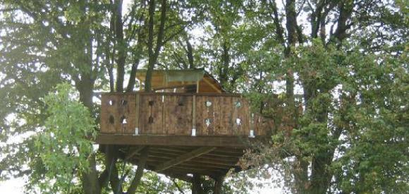 Cabane insolite dans les arbres pour deux, terrasse avec vue, Essuiles