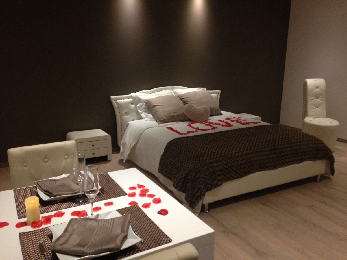 chambre romantique avec jacuzzi priv auvergne introuvable. Black Bedroom Furniture Sets. Home Design Ideas