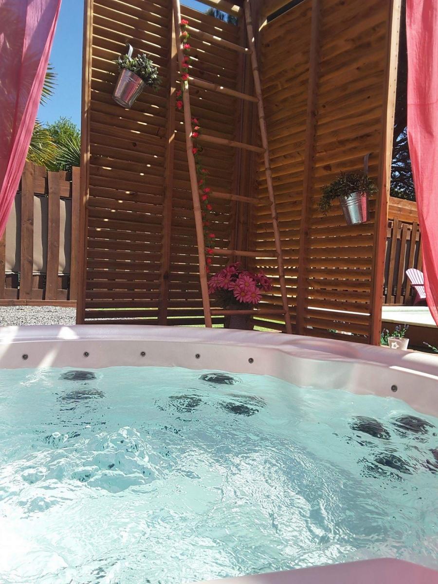 Chalet la d coration romantique avec jacuzzi et piscine for Piscine biscarrosse