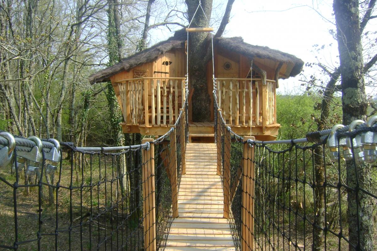 Cabane avec pont suspendu dans les arbres chalais for Acheter cabane dans les arbres