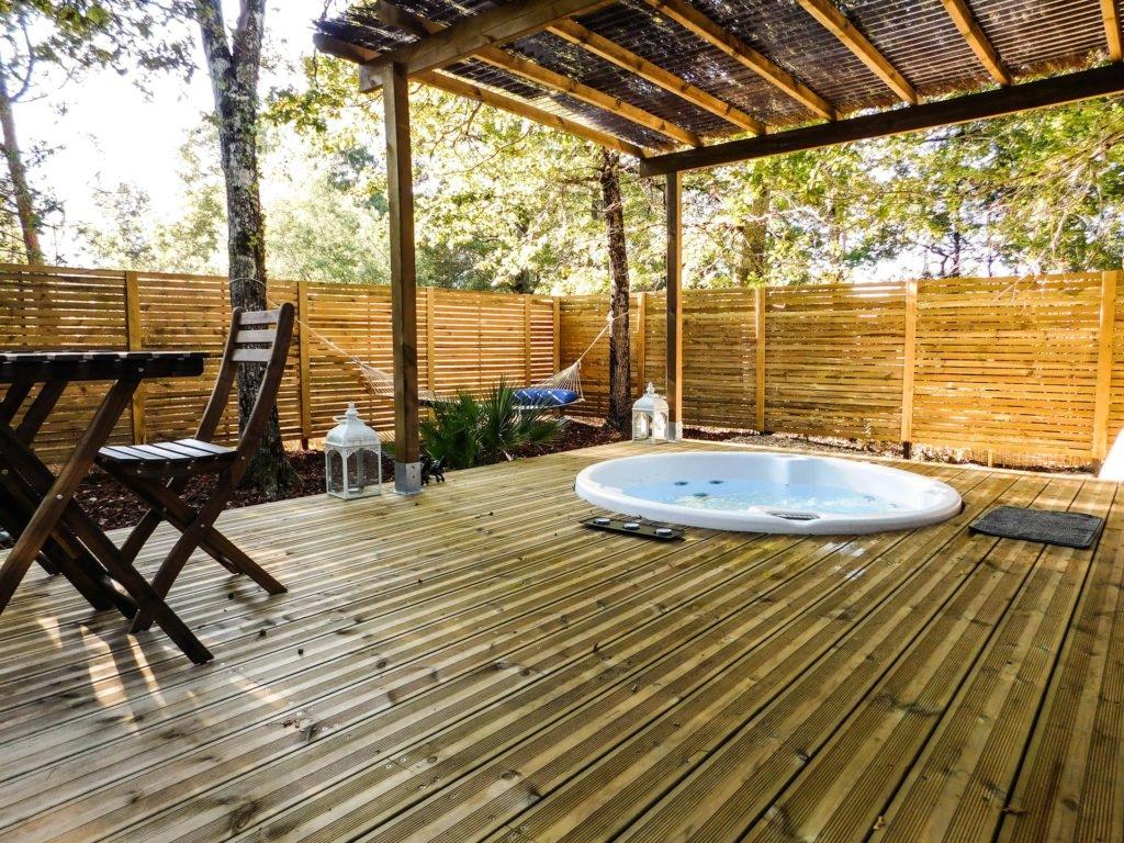 cabane sur pilotis avec terrasse privative et jacuzzi vue. Black Bedroom Furniture Sets. Home Design Ideas