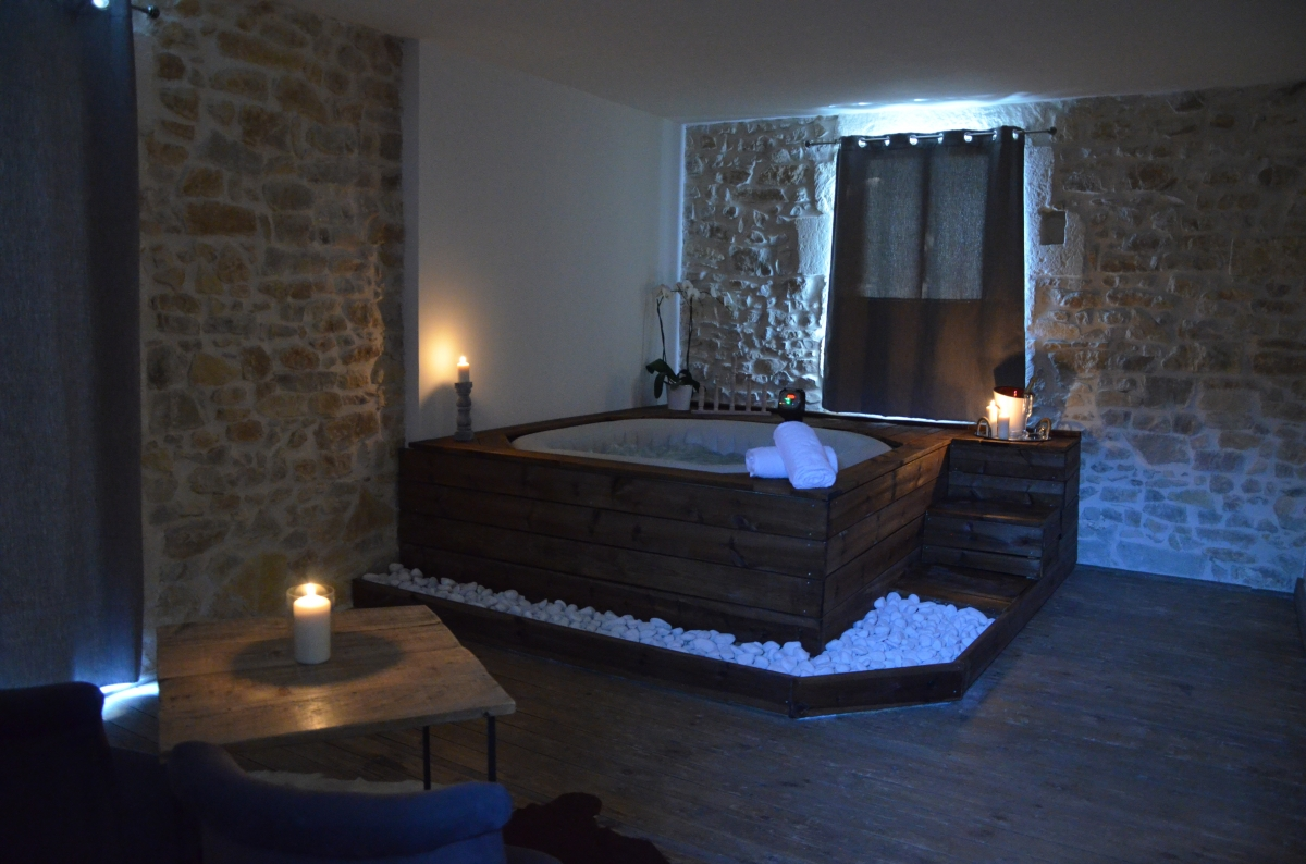 louez une chambre avec jacuzzi proche de n mes 30000 introuvable. Black Bedroom Furniture Sets. Home Design Ideas