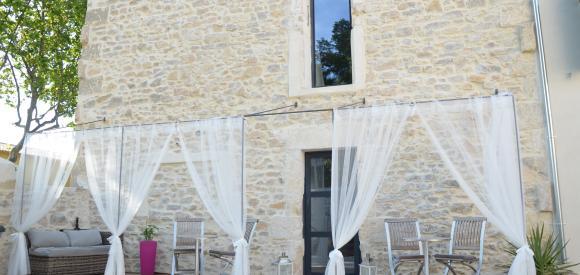 Chambre scandinave avec jacuzzi privatif et terrasse, proche Nimes