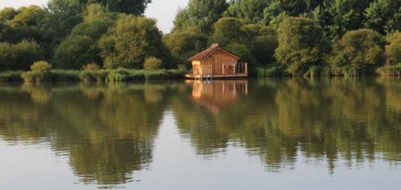 Cabane sur l'eau au calme, terrasse aménagée avec vue, à une heure du Futuroscope