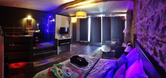 Suite Romantique avec jacuzzi et sauna privatif, proche de Lyon ...