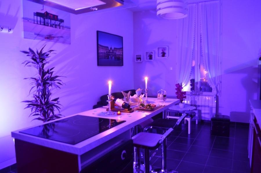 loft avec chambre romantique et jacuzzi bordeaux. Black Bedroom Furniture Sets. Home Design Ideas