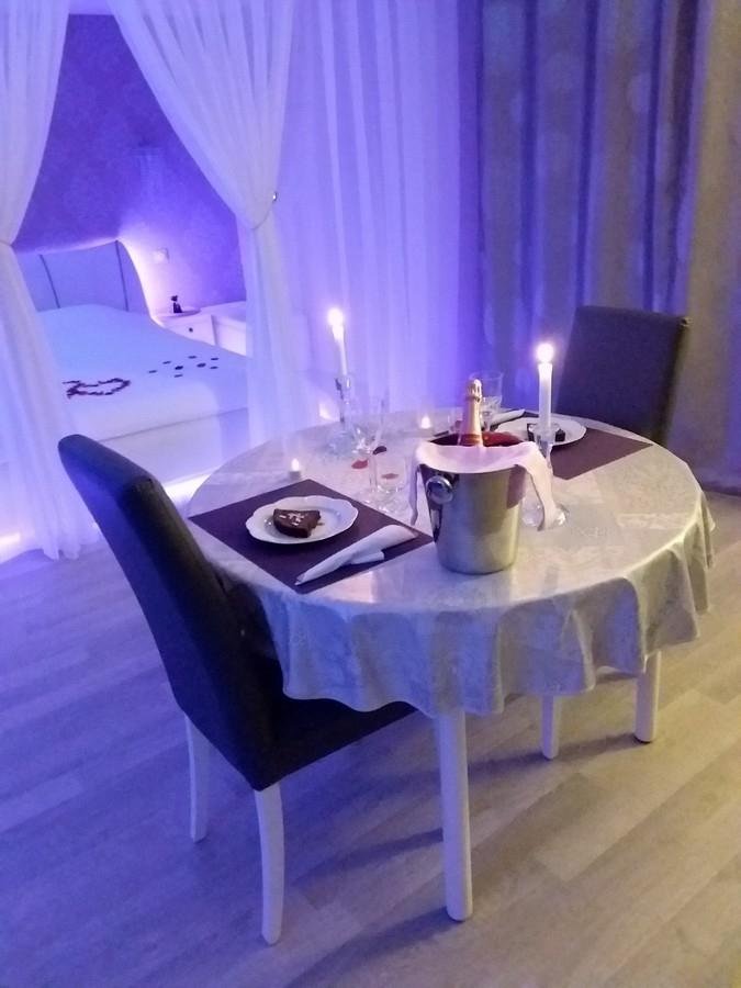location chambre romantique climatis e beaucaire pour deux avec jacuzzi introuvable. Black Bedroom Furniture Sets. Home Design Ideas