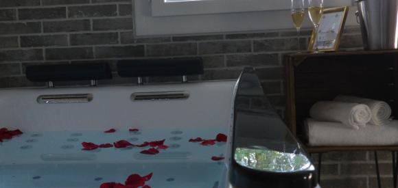 Hébergement romantique avec jacuzzi et sauna privés, proche de Nantes