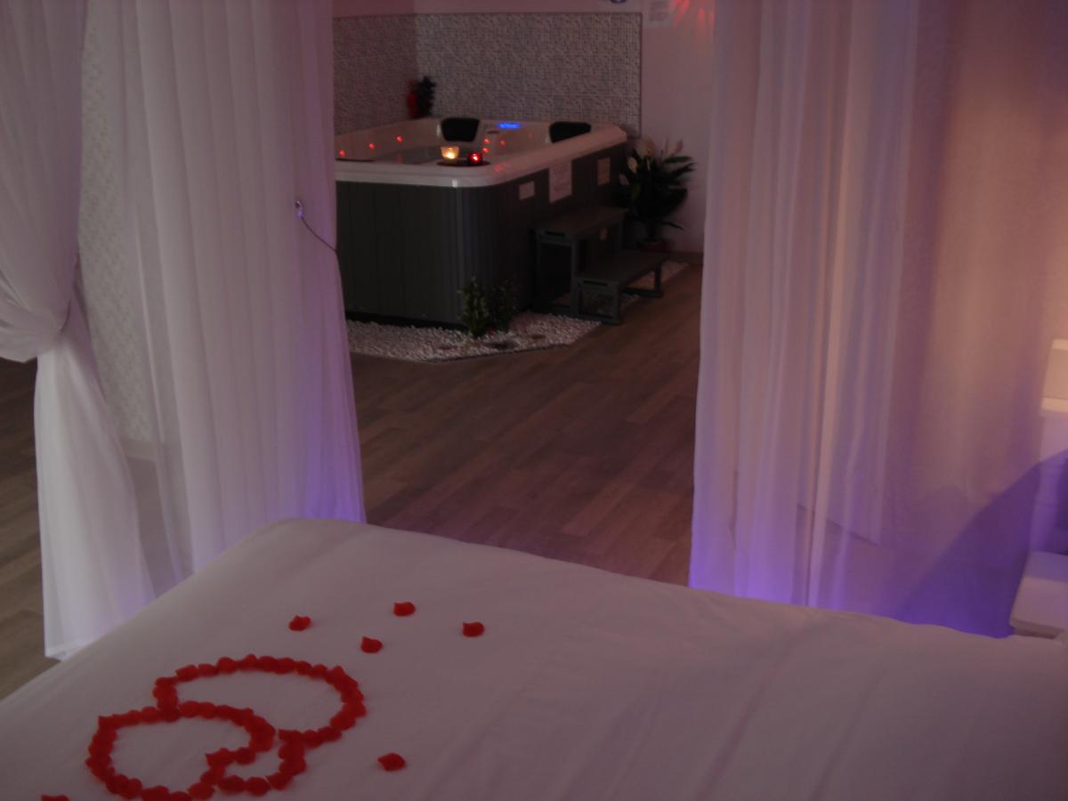 Location chambre romantique climatis e beaucaire pour - Chambre avec jacuzzi languedoc roussillon ...
