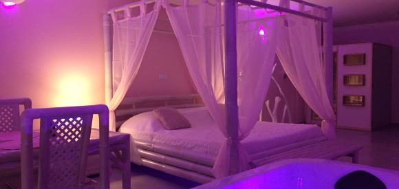 Suite au thème romantique avec jacuzzi et sauna privatif, proche Nîmes